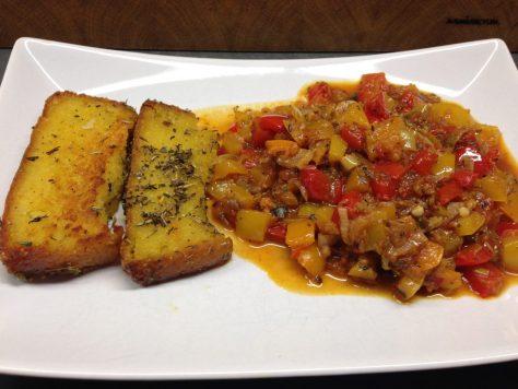 Kartoffel Maisbrot Polenta schnitten mit PaprikaGemüse und Tomatenchutney