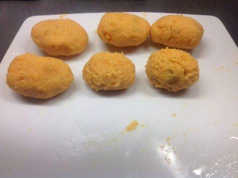 Süßkartoffel Gnocchi Teig zu Kügelchen formen