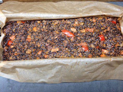 Gebackenes Reisbrot mit schwarzem Venere Reis, getrockneten Aprikosen, Walnüssen, Paprika, Möhren und Dukkah