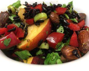Roter Reis Salat mit Nektarine, Paprika, Mandeln, Granatapfelkernen, Koriander und Minze