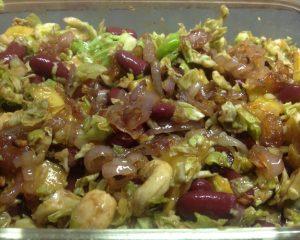 Rosenkohl Salat mit Mango, Kidneybohnen, Walnüsse und karamellisierten Schalotten
