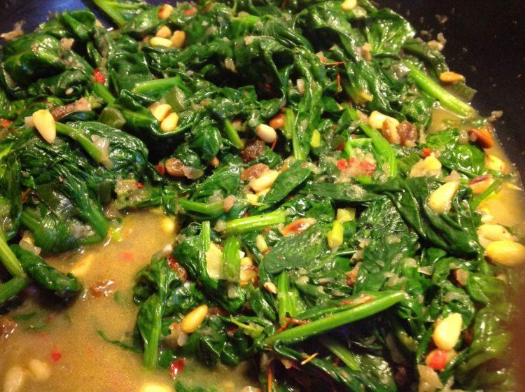 Spinat mit Knoblauch, Chili, Rosinen und Pinienkernen