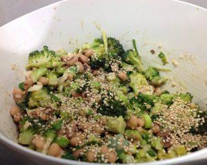 Brokkoli Bohnen Salat mit Erdnuss Soja Dressing und Sesam