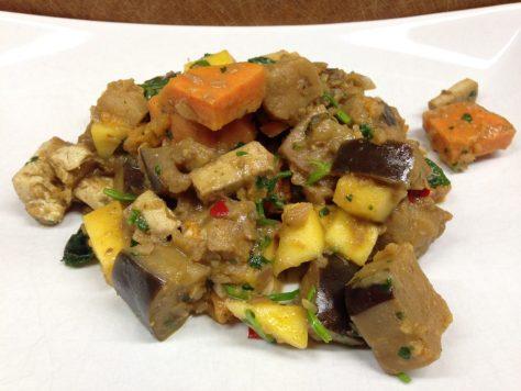 Auberginen Süßkartoffel Tofu Curry mit Mango und Kokosmilch