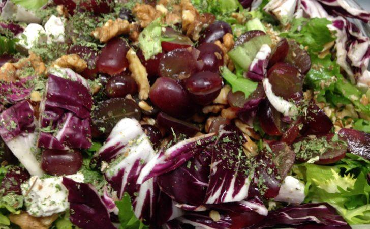 Frisee Salat mit Radicchio, Walnüssen, Trauben und Minze mit Haselnuss-Cranberry Vinaigrette