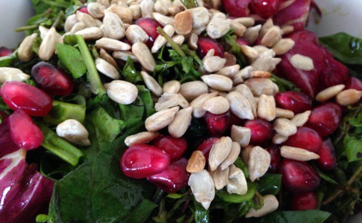 Radicchio Wildkräuter Salat mit Granatapfelkernen und Sonnenblumenkernen