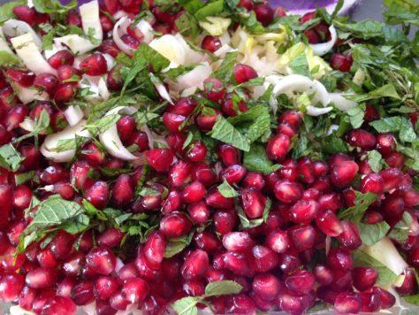Quinoa Chicorée Salat mit Granatapfelkernen und Walnüssen