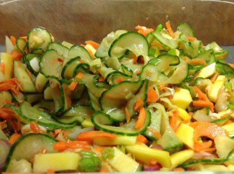 Gurken-Möhren Mango Salat mit Sesam-Soja-Dressing
