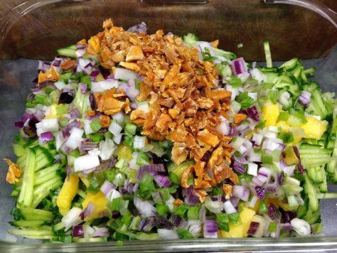 Gurken Mango Salat mit gebratenem Sesam Tofu und Erdnuss Chili Dressing