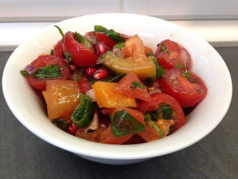 Der Tomatensalat mit Granatapfelkernen und frischer Minze