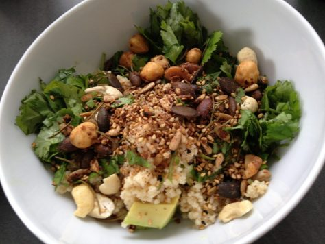 Couscous mit Avocado, Koriander und Dukkah Nüssen