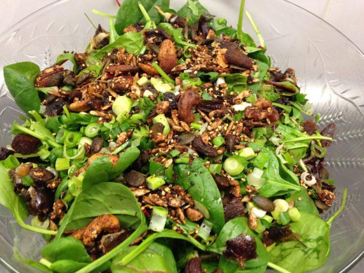 Spinatsalat mit Datteln, Aprikosen und gerösteten Dukkah Nüssen