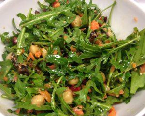 Kichererbsen Salat mit Rucola, Datteln und Granatapfelkernen