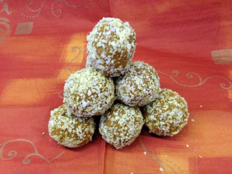Goldene Kurkuma Kokos Energiebällchen mit Datteln