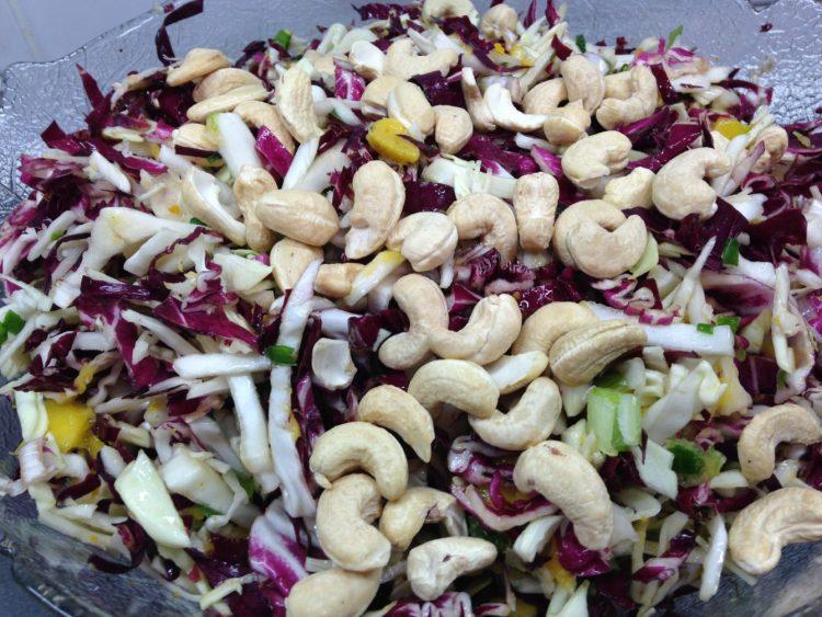 Spitzkohl Mango Salat mit Radicchio, Cashewkernen und Curry Dressing