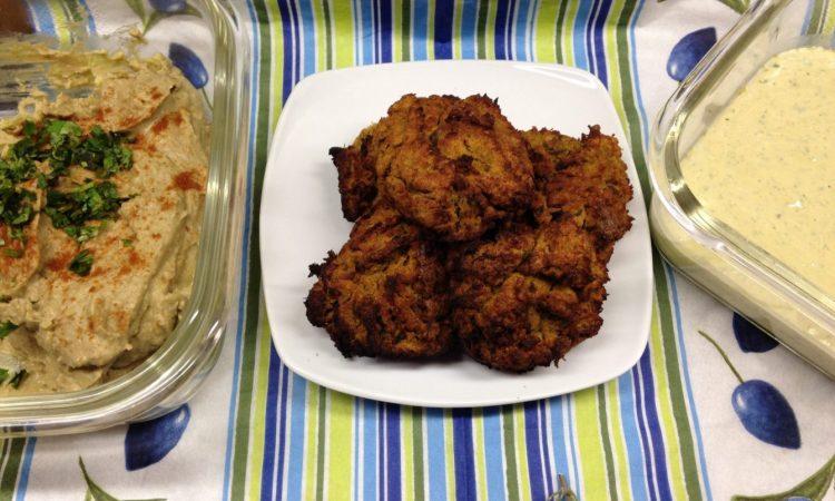 Kürbis Kichererbsen Falafel mit Tahini Chili Dip und Avocado Hummus