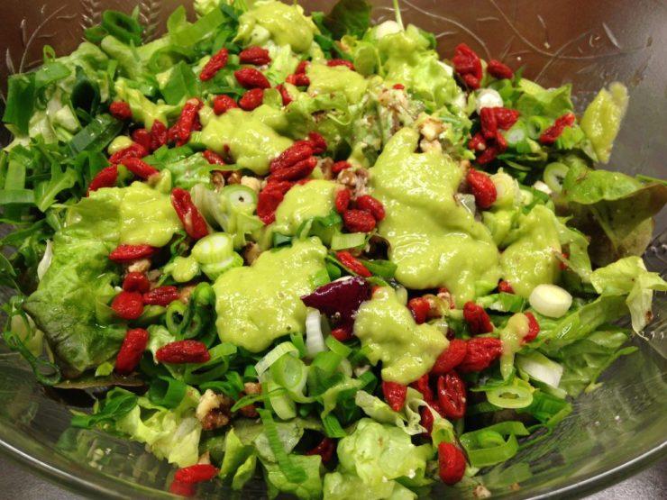 Gemischter Salat mit Goji Beeren, Walnüssen und Avocado Orangen Dressing