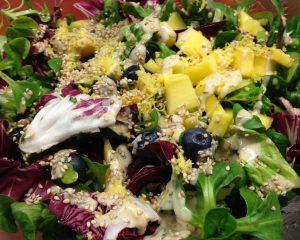 Feldsalat mit Blaubeeren, Mango und Ingwer Tahini Dressing