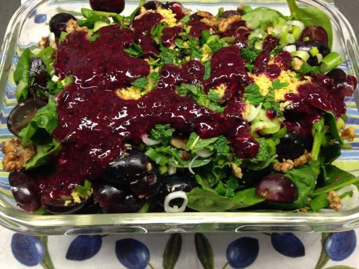 Spinat Salat mit Trauben, Walnüssen und Blaubeer Minze Dressing