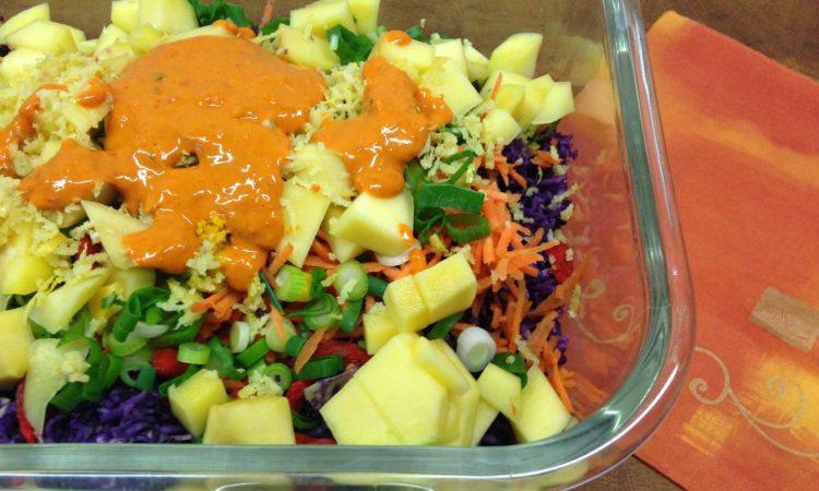 Rotkohl Salat mit Mais, Mango und Goji Beeren Tahini Dressing