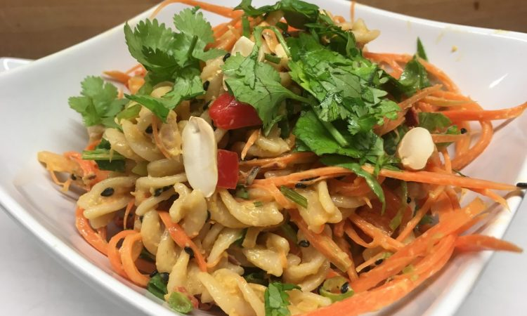 Thai Nudelsalat mit Erdnuss-Dressing