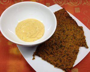 Rohkost Cracker aus Möhren und Leinsamen mit Orangen Cashew Curry Dip