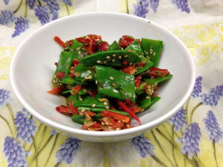 Zuckerschoten Salat mit Ingwer, Paprika und Sesam