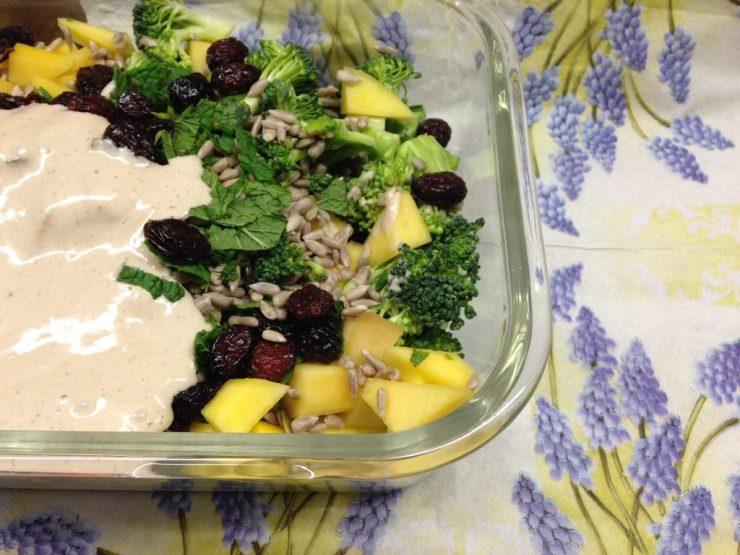 Brokkoli Salat mit Mango, Sonnenblumenkernen, Cranberries und Tahini Zitronen Dressing