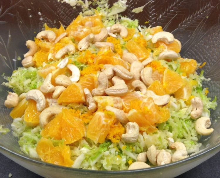 Wirsing Salat mit Orangen, Cashewkernen und Avocado Cashew Curry Dressing