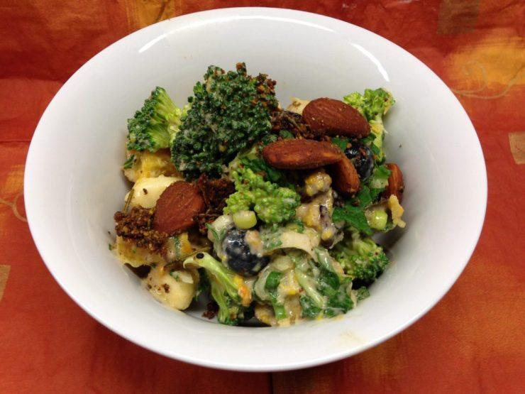 Brokkoli Salat mit Heidelbeeren, Banane, Cranberries und Mandel Ingwer Dessing