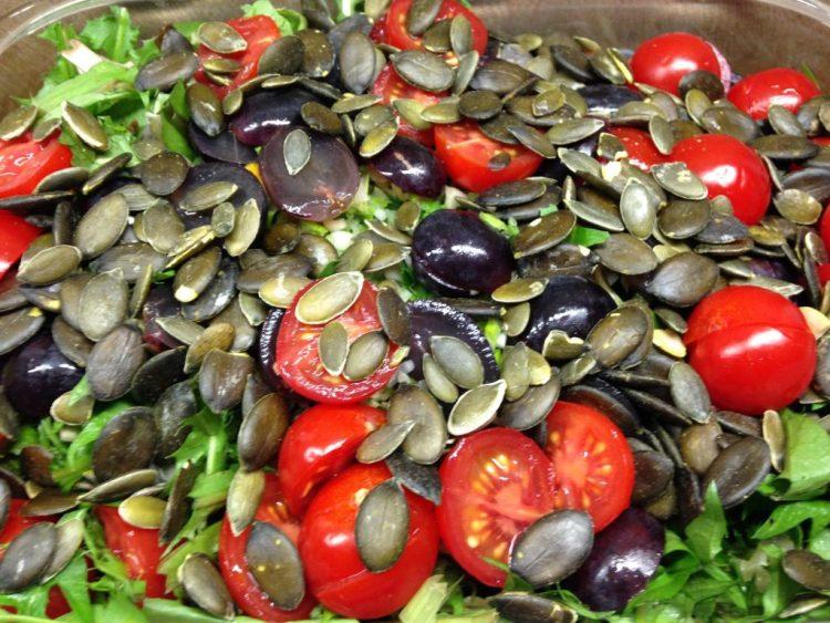 Löwenzahn Salat mit Avocado, Radicchio, Trauben, Tomaten und Kürbiskernen