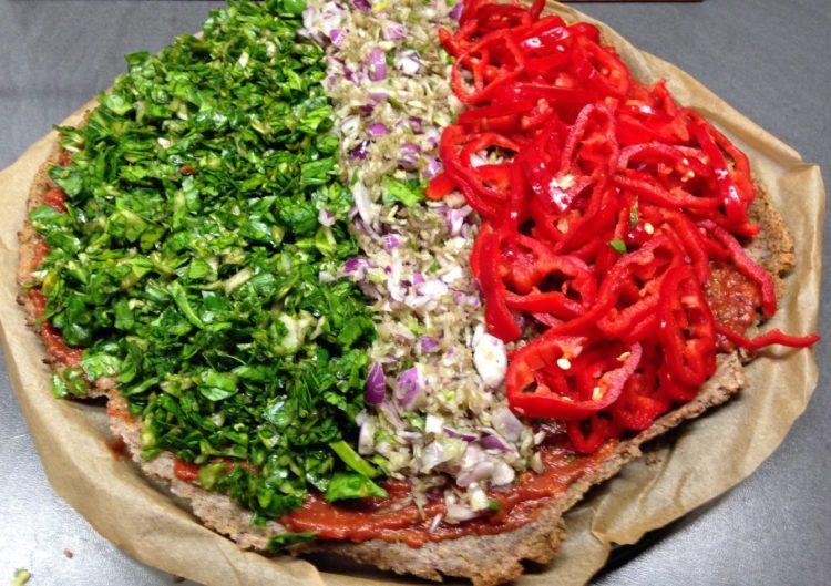Quinoa Pizza mit Spinat, Paprika und Zwiebeln, glutenfrei und vegan