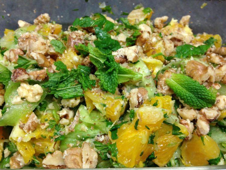 Gurkensalat mit Orangen und Walnüssen und Minze