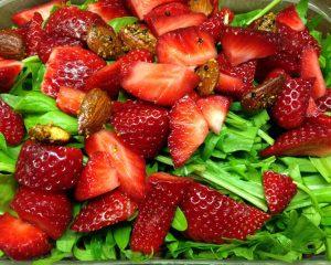 Linsensalat mit Erdbeeren, Rucola und Mandeln