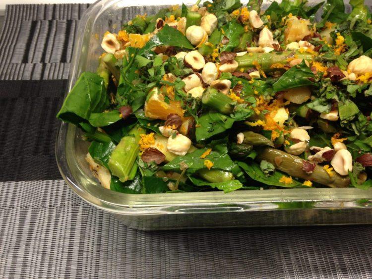 Spargelsalat mit Orangen Vinaigrette und gerösteten Haselnüssen