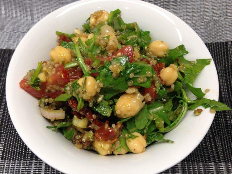 Kichererbsen Salat mit Quinoa, Tomaten, Rosinen und Minze