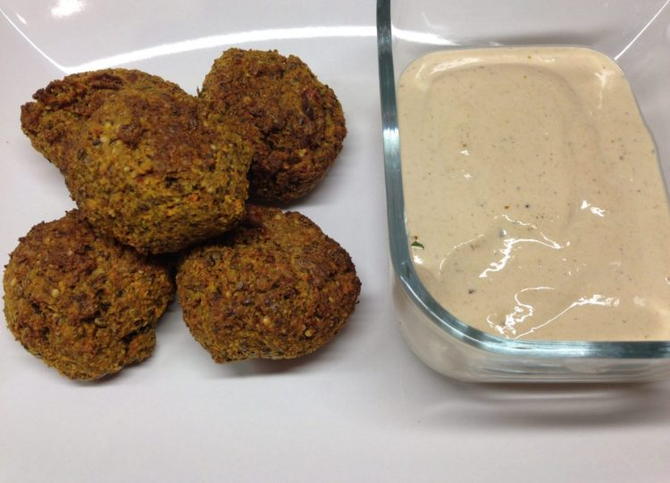 Karotten Sesam Falafel mit Za'atar und Tahini Miso Dressing