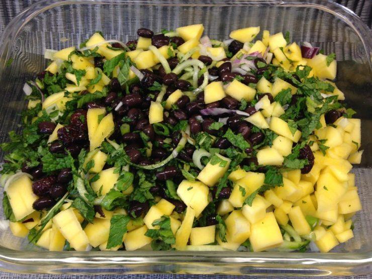 Quinoa Salat mit Schwarzen Bohnen, Mango, Gurke, Cranberries und Avocado