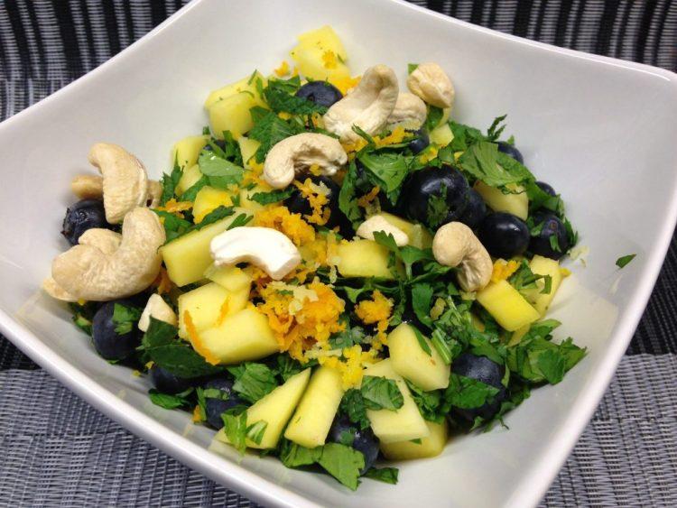 Avocado Salat mit Mango und Heidelbeeren mit Minze und Koriander