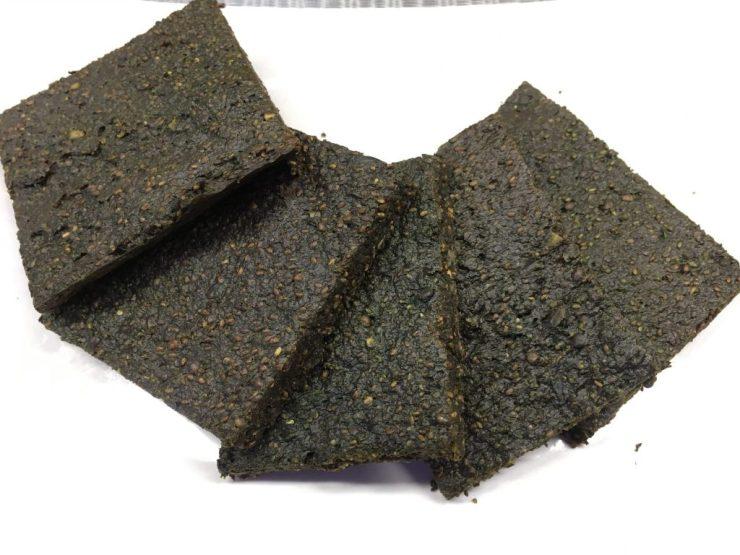Paleo Brot mit gekeimten Hanfsamen und Spirulina