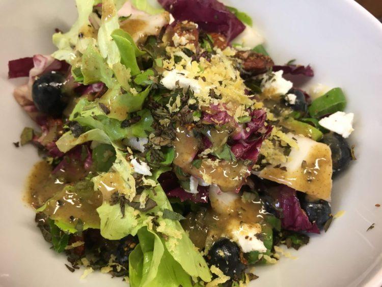 Blattsalat mit Heidelbeeren, Mandeln, Feta und Zitronen Mohn Dressing