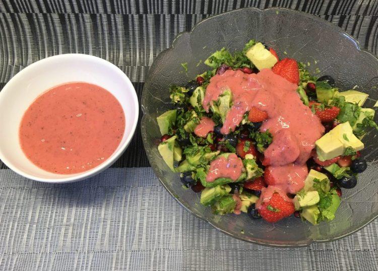 Avocado Salat mit Erdbeeren, Heidelbeeren, Quinoa und Erdbeer Mohn Dressing