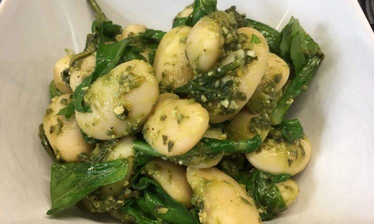 Warmer Rucola Salat mit weißen Bohnen und Bärlauch Pesto mit Cashew und Orange
