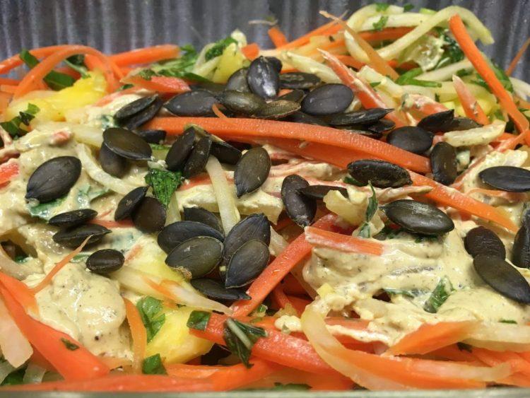 Karotten Salat mit Rosinen, Kürbiskernen und Lemon Curry Tahini Dressing