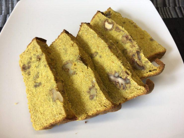 Bananen Brot mit Feigen, Ingwer, Orange, Mandelmus und Walnüssen
