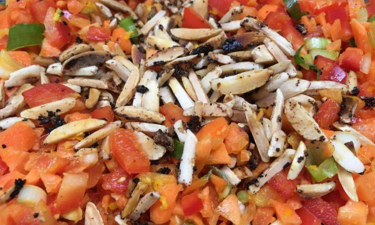 Karotten Paprika Salat mit Chili Mandel Krokant und Orangen Ingwer Dressing