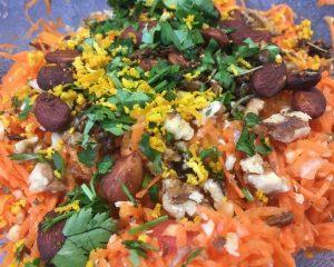 Karottensalat mit Cranberries, Mandeln und Honig-Harissa-Safran Dressing