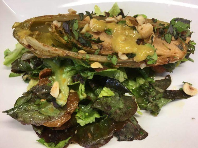 Blattsalat mit gerösteten Chicorée und Aprikosen-Ingwer-Vinaigrette