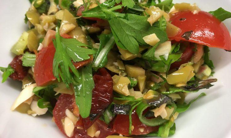 Tomatensalat mit Mandeloliven und Kräutern