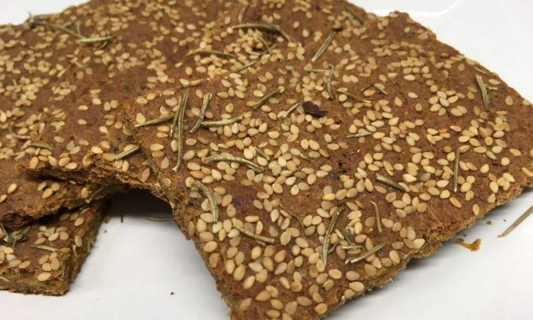 Rohkost Brot mit Leinsamen, Mandeln, Kokos, Rosmarin und Sesam